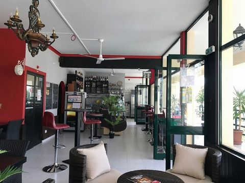 Transfer from shop to restaurant or snack bar with a terrace measuring about 110 square meters. Furnished and equipped. Located in a residential and tourist area just five minutes from Praia de Alvor. Rent value ?750 in the first year, rising to ?850...