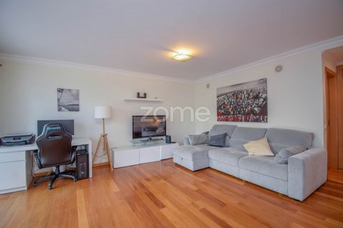 Open Space apartment of 2003 in excelent condictions in São Domingos Park . This apartment has lots of natural light and it is on ground floor in a building with 2 lifts. General feactures: equipped kitchen, double glasses, eletric blinds, air condit...