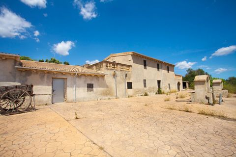Country house located in a privileged location, just outside the town of Petra, with views of the mountains and fields, in a private and very quiet area, next to a forest and a large area for farming. It has a natural water well, electricity. It is a...