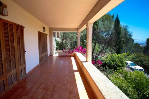 House for renovation situated on the outskirts of Palma in Son Roca. Plot of 6,300 m2, 300 m2, 7 bedrooms, 5 bathrooms, living rooms, kitchen, garage. It is a grand old house on top of a hill in Son Roca, on the outskirts of Palma and has fantastic v...