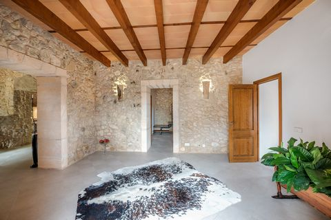 Beautiful 2-story property located in the countryside of Lloret de Vistalegre. It offers views of the countryside and it can comfortably accommodate 6 people. The salt pool measures 17X3m and has a depth ranging from 0.5m to 1.5m. Around the pool you...