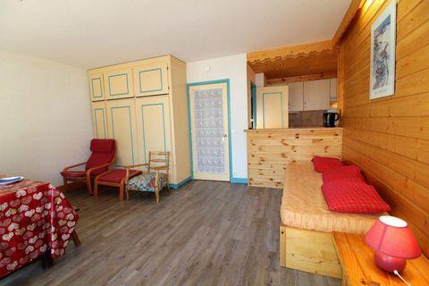La résidence Soleil est située à TIGNES LE LAC (2100m d'altitude), Rue de la Poste, à proximité des pistes et au pied des commerces (magasins de sports, Ecoles de ski, supermarché, boulangerie, bars et restaurant). LE SOLEIL se situe à 50 mètres du c...