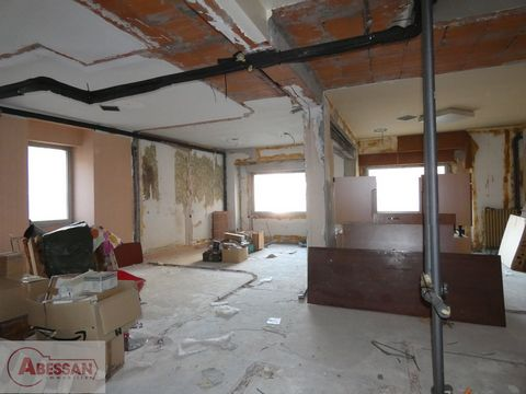 TARN ET GARONNE (82) For sale in LAGUEPIE a commercial space of approximately 73 m² to renovate entirely. Excellent location for this spacious room allowing to respond to different projects. legal mentions Fees charged to the seller REF 51533 - Resea...