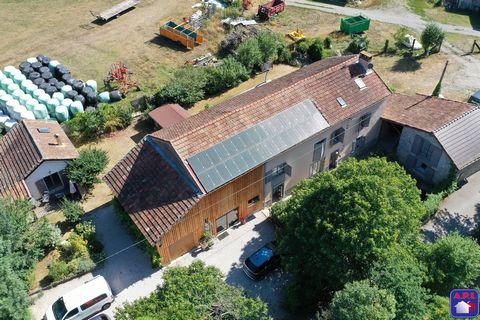 A LIFE PROJECT! Perfectly located near Tarascon-sur-Ariege in a quiet area and close to amenities, on a well-exposed plot at the foot of a magnificent valley. Superb renovated farmhouse with five labeled guest rooms including four double rooms and a ...