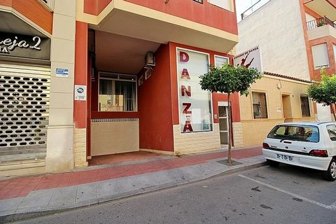 Commercial Unit in Guardamar del Segura. Commercial spacein the center of Guardamar del Segura with the possibility of converting it into a house to live. It is in perfect condition, next to restaurants, bars, shops, town hall and church.
