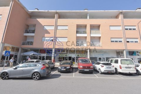 Shop with 157 m2 in Arcos de Valdevez close to shopping and services. Among the main features we highlight the total area of the store, the front of the storefront, the ease of access and the location. The property is leased for 350 Euros at this t...