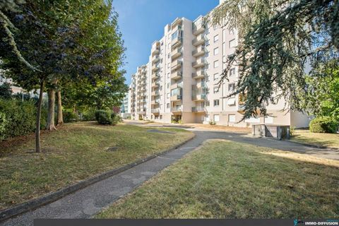 Mandate N°FRP135384 : MONPLAISIR, Apart. 5 Rooms approximately 107 m2 including 5 room(s) - 3 bed-rooms - Balcony : 10 m2, Sight : Dégagée. Built in 1979 - Equipement annex : Garden, Balcony, parking, digicode, ascenseur, cellier, Cellar and Reversib...