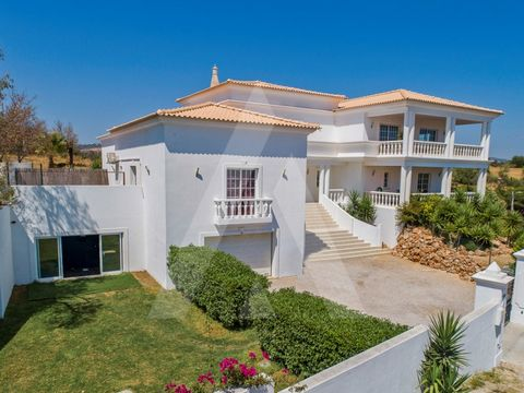 Detached villa located a few minutes from Vilamoura, consisting of three floors, with solar orientation to the south. It's on a hill overlooking the coast. The house, with plenty of natural light and fully walled, consists of four spacious bedrooms, ...
