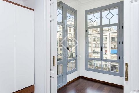 This charming apartment for rent in Barcelona's Eixample district offers the following layout: An open kitchen, 1 single bedroom and 1 double bedroom with a complete en-suite bathroom, a complete bathroom and a living room. Both the double bedroom an...