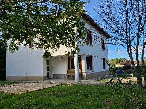 Close to the center of Caussade, charming bright house, on 140 m², 4 good size bedrooms 18m², enclosed garden of 900m², large garage with insulation suitable for conversion into 35m² living room. Quiet residential environment. City natural gas centra...