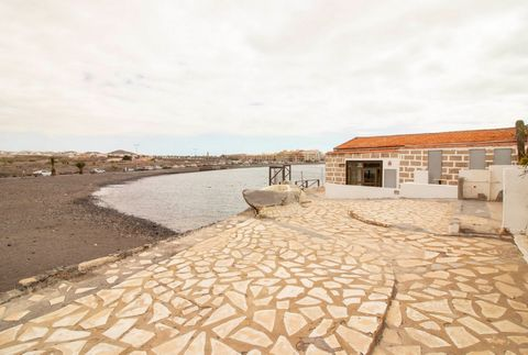We put at your disposal a fantastic business opportunity in front of the beach and a few meters from the Marina del Sur de Las Galletas port. It is an spacious commercial premises of 102 m2 available and it also has several terraces with views to the...