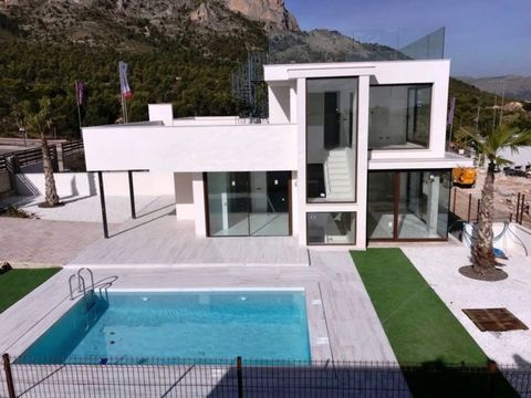 Property and Location:and#13;and#13;KEY READYand#13;and#13;This spacious property is located on the outskirts of the charming coastal town of Polop only 8km from the bustling resort of Benidorm. It is within easy reach of all amenities and services a...