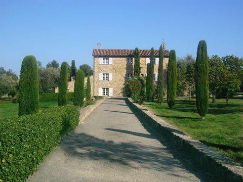 A deux pas du village de Valbonne, superbe bastide en pierre jouissant d'une magnifique vue à 360°, d'un parc de 2 hectares avec 250 oliviers et 2 piscines. Maison d'amis et COS résiduel de 195m².