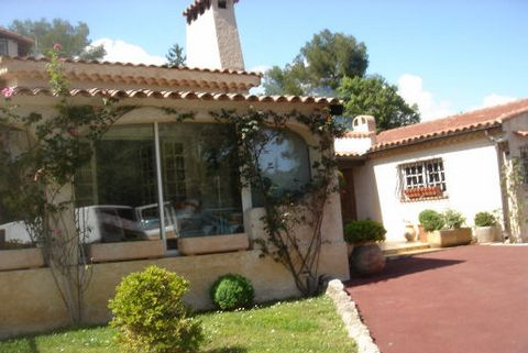 Levels 1, View Unobstructed, Aspect south, General condition Good, Kitchen Fitted, Bedrooms 4, Bathrooms 2, Toilets 2, Heating Gas, Year built 1970, Living area 36 M², Living 1, Waste water Septic tank, Rates 616 Euro Pool, Jacuzzi, Barbecue, Four à ...