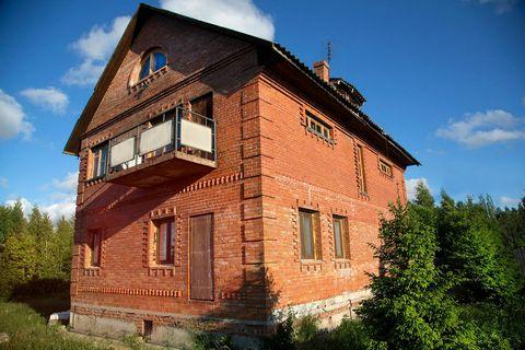 Двухэтажный коттедж в деревне Мистолово, всего в 10 км от города по Новоприозерскому шоссе, во Всеволожском районе. Просторный уютный дом с уникальным видом и полным внутренним оснащением прекрасно подойдет как для семейного отдыха, так и для встречи...