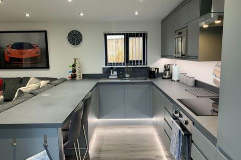 Simplistic and cosy, this holiday home in Plymouth with 1 en suite with bathroom is ready to welcome up to 3 friends, a family or a couple looking to escape somewhere special to stay in Devon. All rooms are well-maintained and there's plenty of outdo...