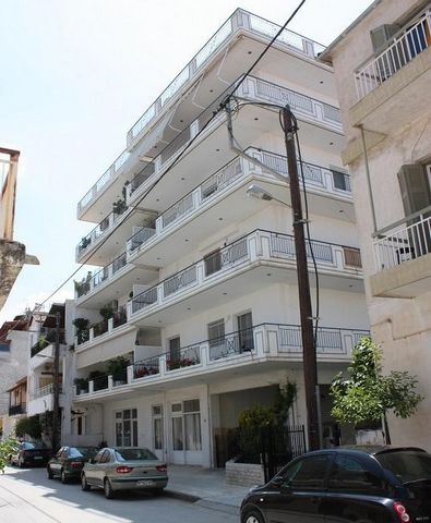 Xylokastro, Center. For sale a 2nd floor studio-apartment of 32.40sqm, in a four-storey apartment building, built in 1993. It consists of an open plan bedroom-kitchen area, a spacious bathroom (proportional to the area of the apartment) and a wide...