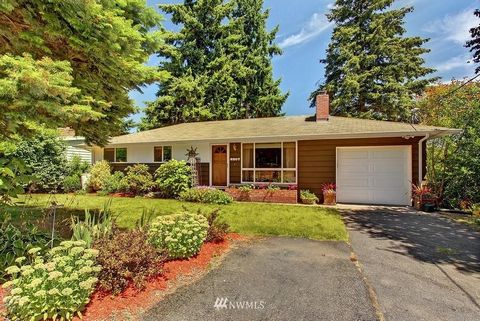 Nicely updated, well maintained home on large lot in sought after Seaview! Oak hardwoods greet you upon entry & flow throughout main floor living area. Spacious updated kitchen w/SS appliances, handsome granite, tile, cabinetry & cork flooring. Energ...