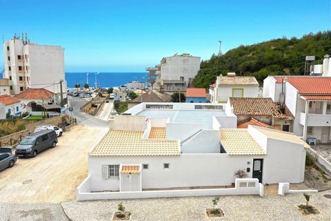 Located in Vila do Bispo. Building with one 3 bedroom house and restaurant right in the heart of Salema, close to the beach and all other services. Located 100m from the beach, inserted in an area of restaurants and commerce, with parking. The house ...
