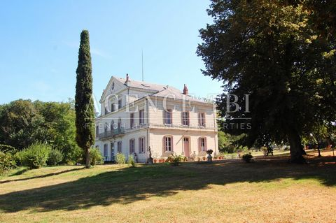 Elegant 18th century property in Touraine, restored on 4.15 hectares. With beautiful old elements. Small outbuilding. Park with old trees, meadow (possibility of horses), woods. Tourist activities, vineyards and shops nearby. The whole on 4ha15. & nb...