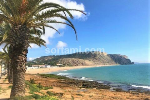 Charming renovated house in the area of ??Praia da Luz. The property has three spacious bedrooms, each with double glazing and double doors giving easy and direct access to the garden and the pool area. The three bedrooms and the living room have rev...
