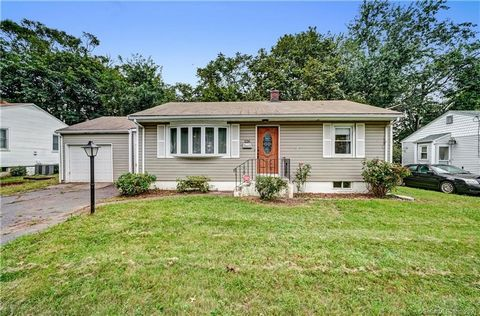 06512 >ANNEX/COVE LOCATION! < WELL KEPT & UPDATED 6 ROOM RANCH WITH 2BDR/1 BA UP, AND 2RM/1 BA DOWN (POTENTIAL FOR IN-LAW EXISTS). GARAGE YOUR VEHICLE(S) OFF-STREET AND/OR WALK TO NEARBY BUS LINES (AND PARKS) FOR YOUR EASY 10 MIN COMMUTE TO YALE/.DNT...