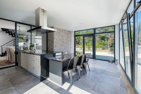 Fantastic detached villa T5 in the golf condominium Palmela Village.Composed of 5 rooms, this property represents a unique architectural project, maintaining what is most special has that is undoubtedly the immensity of natural light. Inserted in a l...