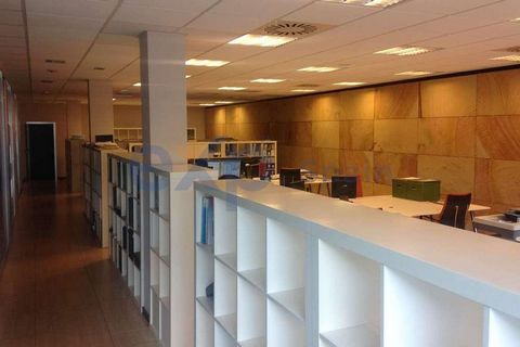 Beautiful and modern office of 215 m2 useful (231 m2 built), in the Deusto neighborhood, Bilbao. Very very close to the IMQ Zorrotzaurre Clinic and 5 minutes walk from the Deusto Metro stop (c / Iruña). Ideal location for business related to health, ...