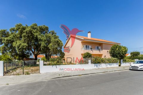 . Detached house of R / c and 1st floor, inserted in a plot of 1,411 m2, located in Mil Brejos Batão. The villa is distributed over two floors, the first floor consisting of three bedrooms, 1 full bathroom, living room with fireplace, balcony and a l...
