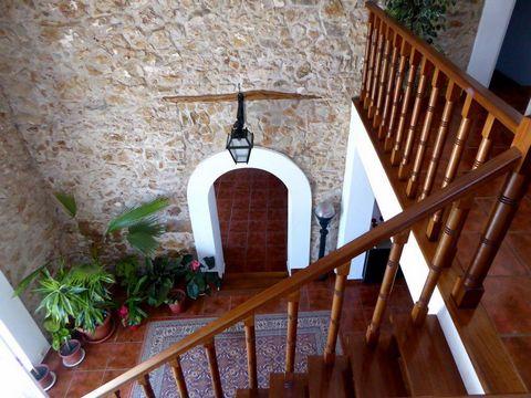 Casa restaurada em 2,7ha de terreno, Portugal, Algarve, Lagoa. Vende-se CASA RÚSTICA de 440 m2 restaurada, confortável e modernizada, adaptada e transformada em 4 habitações do tipo V1, todas com mezanine. Integrada em terreno de 27.000m2, com árvore...