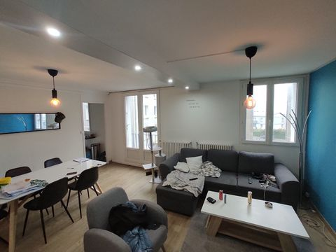 BREST - DOURJACQ. Ref 1564. Located in a dead end, in a concrete slab condominium from the 1960s. Come and visit this two-bedroom apartment of 65sqm in very good general condition. It offers you a bright living room, fitted and equipped kitchen. 2 be...