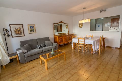 This holiday apartment with sea view lies in Rosas, Costa Brava, in the province of Gerona, Catalonia. The accommodation is part of a well-connected neighborhood and is just 0.02 km from the sandy beach, 10 meters from a supermarket, 800 meters from ...