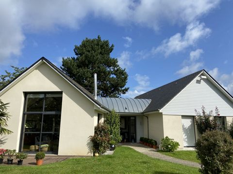This property in perfect condition is located in a village with all amenities, near the shops, the college and the school. Dating from 2007, it offers 146 sqm of living space as well as a 29 sqm convertible attic, and is set in 1188 sqm of enclosed g...