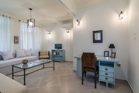 Athens Koukaki ground floor apartment in Listed building, magnificently fully and luxuriously furnished and renovated with independent entrances: Apartment analysis : two (2) bedroom apartment (4-6pax) of 95m2 with 15m2 private open air courtyard, 1 ...