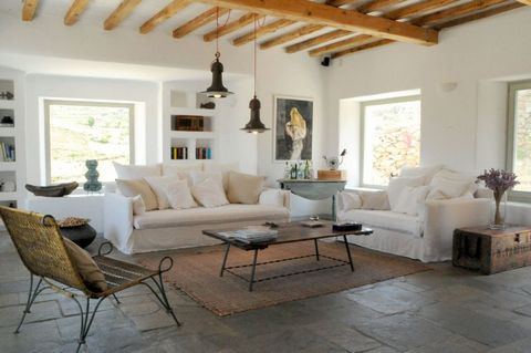 The villa overlooks the bay of Ftelia and the beautiful beach. Built by an Italian architect with attention to detail, care for the environment and in harmony with Cycladic architecture. All the rooms have a beautiful view and are positioned in such ...