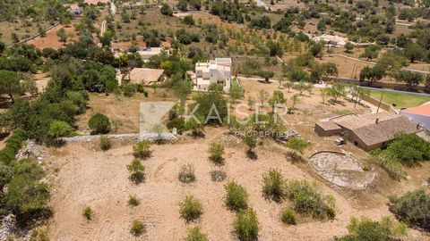 This building plot with ruin is located in a quiet and residencial area of Tunes, it has an approved project to build a ground floor villa with basement, pool and landscaped garden. After the construction is finished it will comprise: entrance hall, ...
