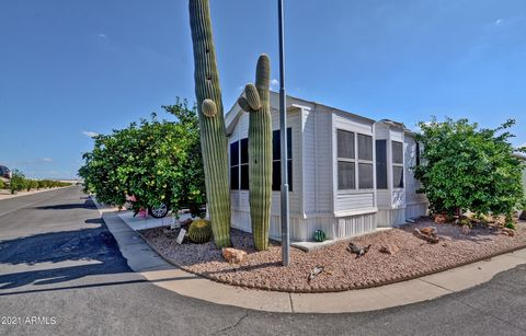 Absolutely Turn Key! 55+ Community Of Viewpointe! Beautiful 2 Bed 2 Bath Park Model With Attached Arizona Room. Covered Parking, Golf Cart Parking. Fully Furnished And Tastefully Decorated this Spectacular Property Sleeps 6 The Arizona Room Features ...