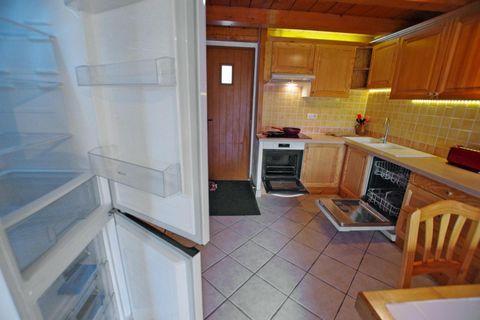 La résidence «L'Echayer» est située à Champagny en Vanoise, à environ 500 mètres du centre du village, des commerces et des pistes, avec un arrêt navette gratuit à proximité. Il s'agit d'un gros chalet indépendant, composé de 4 logements, exposés Su...