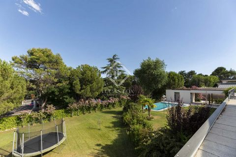 Lucas Fox is pleased to present this wonderful modern design villa of 950 m² on a 2,600 m² flat plot in the highly sought after and exclusive area of Las Lomas. This fantastic family home was built in 2005 and completely refurbished by the current ow...
