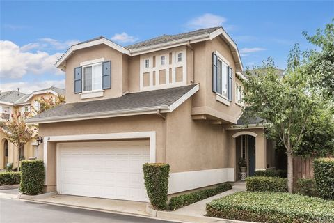Welcome to this lovely, fully detached home located in the highly desirable community of Soleil in the hills of Aliso Viejo just minutes away from shopping and popular local eateries. This home features recessed lights throughout, high ceilings, plen...