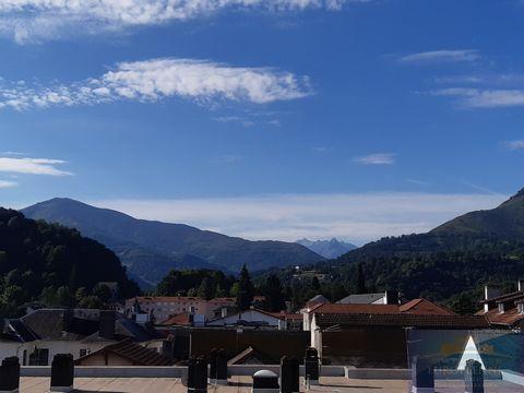 Lourdes, au 4ème et dernier étage d'une copropriété sans ascenseur, appartement de type 4 de 76 m2 composé d'un séjour avec balcon exposé plein sud avec vue montagnes, salon, cuisine indépendante avec balcon,deux chambres avec placard, salle de bain ...