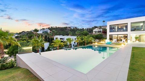 Esta increíble propiedad cuenta con una parcela de 3.080 m2 con más de 1.200 m2 de espacio habitable, con 5 grandes habitaciones con baño y una suite principal única que ocupa toda la parte superior del ala oeste. La sala de estar se compone de una g...