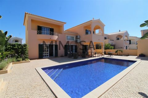 Magnificent four bedroom villa in Torraltinha. Located in a beautiful urbanization of villas, just minutes from the beach of Porto Mós and the city center of Lagos. The villa has two floors, with excellent interior areas and an extremely well-kept ou...