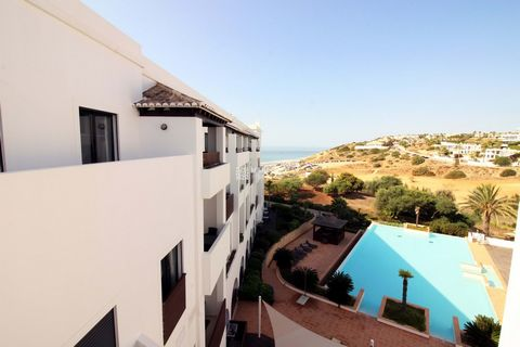 Located in Lagos. Comfortable and spacious apartment, located in a tourist complex, only 5 minutes walking distance from Porto de Mós beach. Habitable area: 115,90 m2. Built in 2011 The apartment comprises a hall, a generous living/dining room and a ...