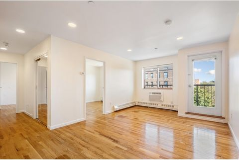 A rarely available 2 bedroom 2 bathroom condo with a balcony is now available for sale in Kew Gardens, Queens, NY! This high floor unit offers a terrific opportunity for a first time home buyer that wants to be in a more up to date property that offe...