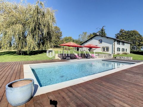 Quiet, out of sight, just 15km from Bayonne, 20mn from Biarritz, old sheepfold farm completely renovated with heated swimming pool, terraces, garage, on a plot of land of 4000m2. 5 bedrooms, including one on one level and a master suite. Open firepla...