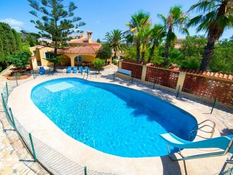 Beautiful villa in Calpe, built on one floor, with a private pool, just 1.3km away. from the beach and 900m from the city center. This large family villa has a closed and flat plot of 1,563m2, with a separate closed barbecue area, games area, gardens...