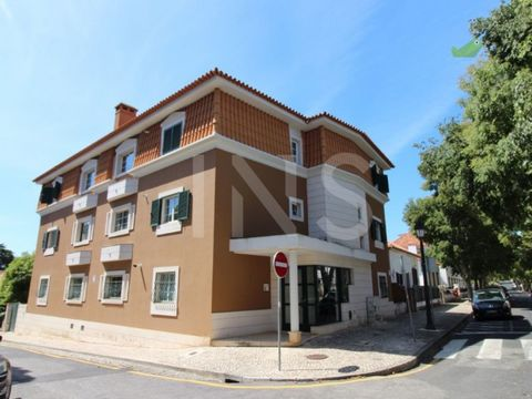4 bedroom apartment without furniture for rent in the historic center of Cascais. Recently renovated property, without furniture, in the middle of the village of Cascais, inserted in a small building with a lot of cachet a few minutes walk from the b...