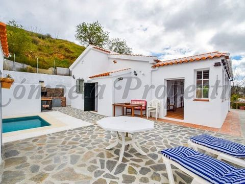 Charming villa with plunge pool. Open plan living room/kitchen, 2 double bedrooms, a bathroom, a conservatory and a toilet in the pool area. There is a BBQ. Junta de Andalucia registration nr: VTAR/MA/03011.