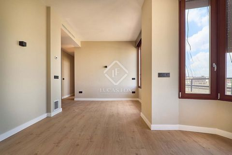 The apartment has a constructed area of 130 m², with a total of 111 useable m². At the entrance of the apartment, we find a small hall, which leads us to a cosy living room with views of Castellón street. Next to the dining room, the kitchen is locat...